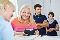定约会的资深妇女在医生办公室 免版税库存图片