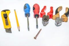 定缝销钉和螺丝,螺丝刀,钳子,铅笔 免版税库存照片