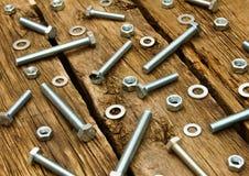 定象元素(坚果、洗衣机,螺丝)在木 库存图片