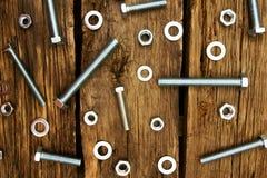 定象元素(坚果、洗衣机,螺丝)在木 免版税库存照片