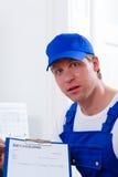 给定价过高的发货票的工匠或水管工 免版税图库摄影