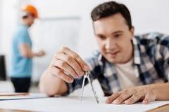 宜人的与指南针的建筑师测量的线 免版税库存图片