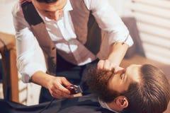 宜人的人专业理发师切口胡子  图库摄影