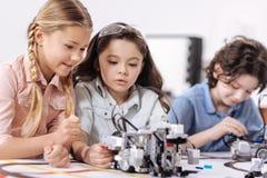 宜人的孩子谈论科学在学校 免版税库存图片