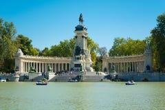 宜人的撤退池塘,马德里的公园 免版税库存照片