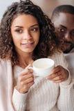 宜人的非裔美国人的在咖啡馆的夫妇饮用的茶 免版税库存照片