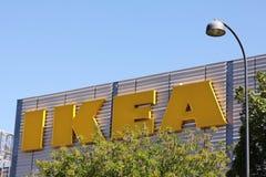 宜家在宜家市场上的商标类型反对蓝天 宜家是最大的家具零售商在世界上 库存照片
