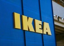 宜家在宜家市场上的商标类型反对蓝天 宜家是最大的家具零售商在世界上 免版税图库摄影