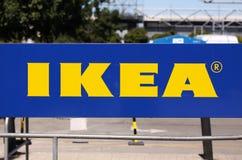 宜家在宜家市场上的商标类型在停车场 宜家是最大的家具零售商在世界上 免版税库存照片