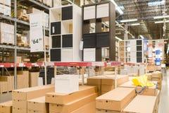 宜家是设计并且卖家具、装置和家庭辅助部件的一个跨国公司 卧室设计模型室 库存照片