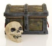 宝物箱和头骨 图库摄影
