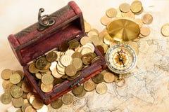 宝物箱地图金钱指南针 免版税库存图片