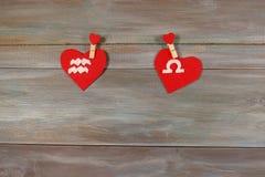宝瓶星座和标度 黄道十二宫和心脏 木backg 免版税图库摄影