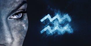 宝瓶星座黄道带标志 占星术妇女夜空背景 免版税库存照片