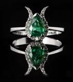 绿宝石和金刚石定婚戒指 免版税库存图片