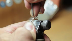 宝石的手工设置在首饰的 股票视频