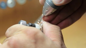 宝石的手工设置在首饰的 影视素材