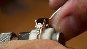 宝石的手工设置在首饰的 股票录像