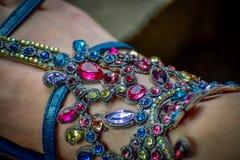 宝石装饰物向多种颜色扔石头 免版税库存照片