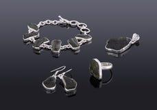 宝石镯子的首饰套,耳环的垂饰 免版税库存图片