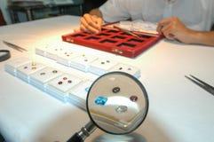宝石鉴定家专门技术在他的实验室上 库存图片