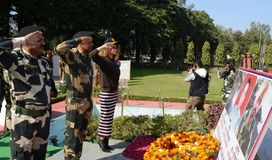 宝莱坞女演员Kangna付尊敬的Ranaut到受难者在参观期间对BSF ` s Paloura阵营在查谟 图库摄影