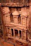 财宝(Al Khazneh)在从上面的Petra 库存图片