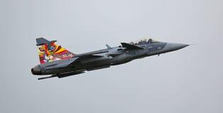 绅宝JAS 39 Gripen喷气机在飞行示范时 图库摄影