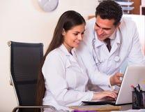 实习生和医疗家庭教师诊所的 免版税库存图片