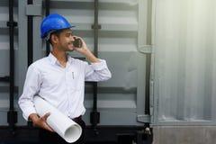 实地工程师谈话在智能手机 图库摄影