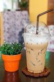 实得工资的杯子冰冻咖啡 图库摄影