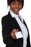 实施卡片的女实业家 免版税库存照片