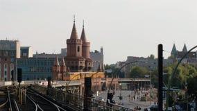 实时被锁在交通下宽射击在Oberbaum桥梁在柏林 股票录像