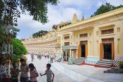 实皆,缅甸2013年10月9日:旅游参观U极小的Thonze塔 库存照片