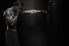实践与拳击袋子的MUTTAHIDA MAJLIS-E-AMAL战斗机 免版税库存照片