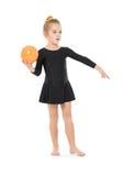 实践与球的小体操运动员 免版税图库摄影
