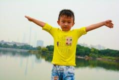 实践中国功夫的男孩 库存图片