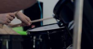 实践为表现的亚裔儿童鼓手特写镜头  影视素材