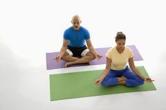 实践二瑜伽的人们 免版税库存照片