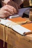 实践传统照明的抄写员 免版税图库摄影