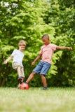 实践体育的孩子在夏天 图库摄影