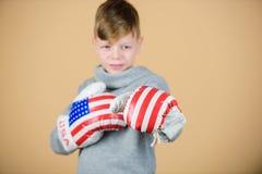 实践儿童运动的运动员把技能装箱 拳击体育 为争吵准备 确信对他的力量 开始把装箱 免版税库存照片