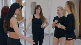 从实践和谈话的波兰人舞蹈家休假 股票录像