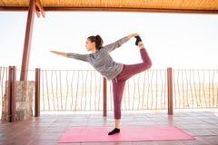 实践国王舞蹈家瑜伽姿势的妇女 免版税库存照片