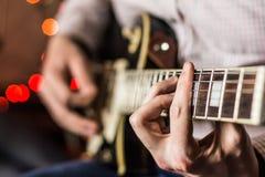 实践在弹吉他 免版税库存照片