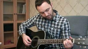 实践在弹的年轻人吉他 影视素材