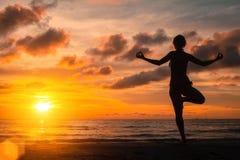 实践在日落、平静和凝思的瑜伽 放松 图库摄影
