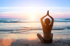 实践在日落的平静和瑜伽 免版税图库摄影