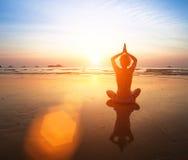 实践在日落的瑜伽 库存图片