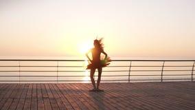实践在海海洋附近的年轻,嫩跳芭蕾舞者 当场跳跃  在黑暗的芭蕾舞短裙和pointe 堕落 股票录像